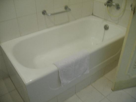 Hoa Binh Hotel: Bathtub