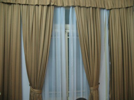 Hoa Binh Hotel: curtains