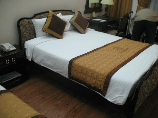 Hoa Binh Hotel: Main double bed