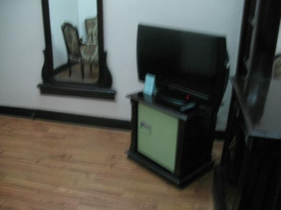 Hoa Binh Hotel : Second LCD TV in waiting room and minibar