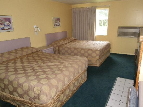 Selkirk Inn: Standard room with 2 queen beds