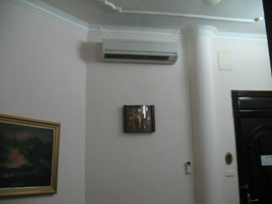 Hoa Binh Hotel: Aircon in sitting room