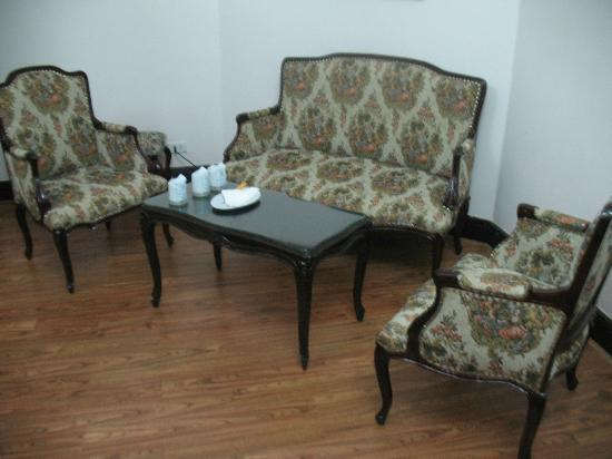 Hoa Binh Hotel: Sitting room in Executive Suite