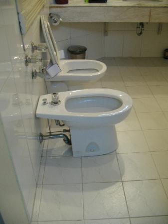 Hoa Binh Hotel: Bathroom facilities 