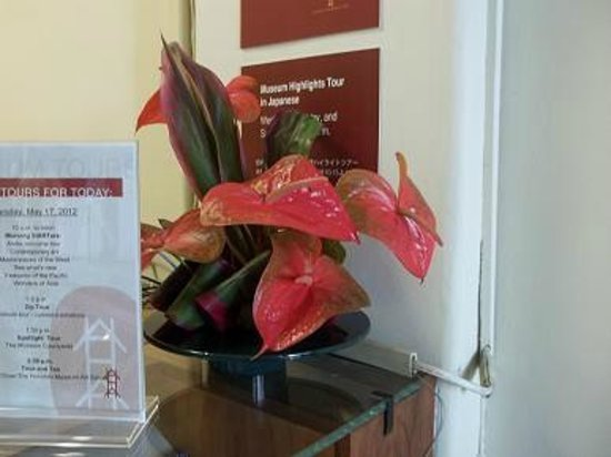 Honolulu Museum of Art: Florals by the front desk.