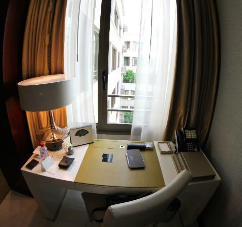Mandarin Oriental, Paris: Desk view