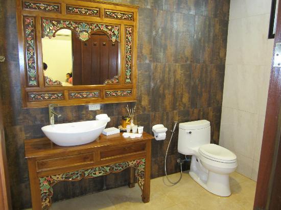 Cintai Corito's Garden: Bathroom