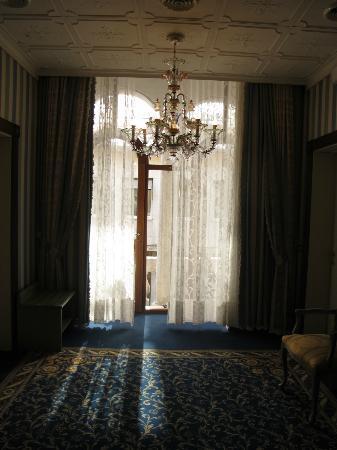 Hotel Violino d'Oro: hallway leading to balcony