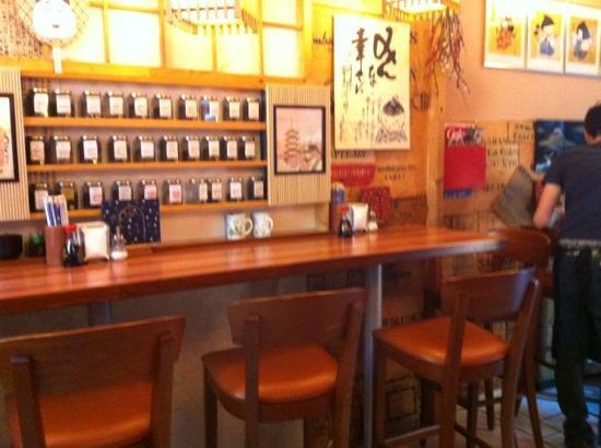 Sushi Nara 2: Im Regal gibt es eine große Auswahl von Teesorten aller Art.
