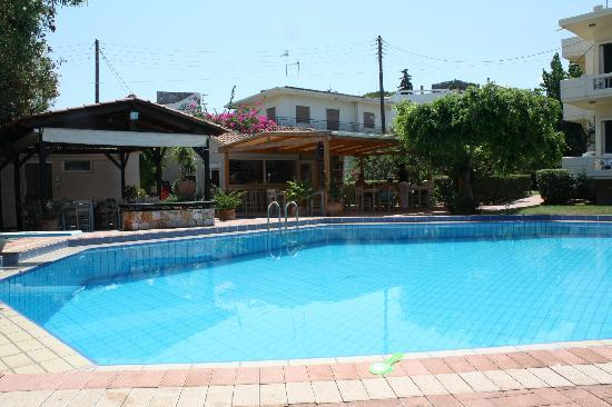 Lefka Apartments: Pool restaurant and shower block