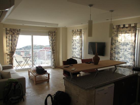 Saylam Suites: Livingroom