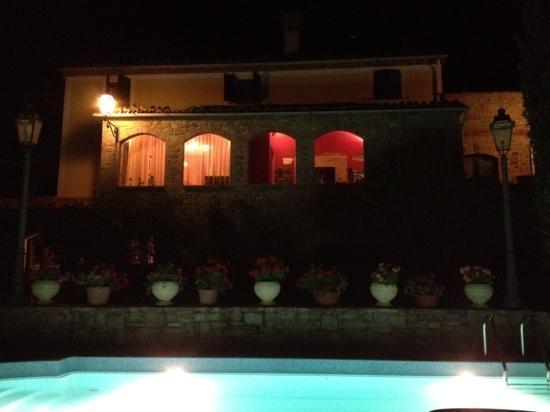 La Ciminiera Country House : La country House di notte.
