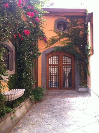 Napoli Suites: Quiet entrance to apartments