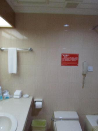 Dalian Aerbin Jinshan Hotel Water Park: bathroom
