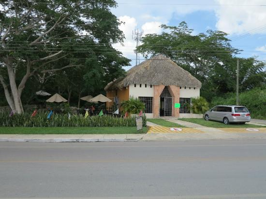 Mr. Chaak: outside view from carretera