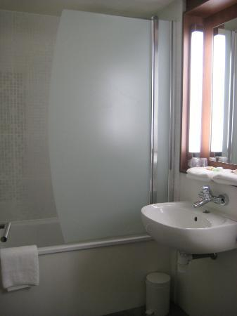 Campanile Rouen Est - Franqueville Saint Pierre : Bathroom