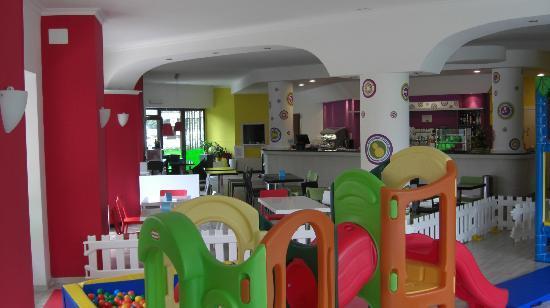 Tavoli Da Gioco Per Bambini : Area gioco per bambini anni visibile dai tavoli foto di