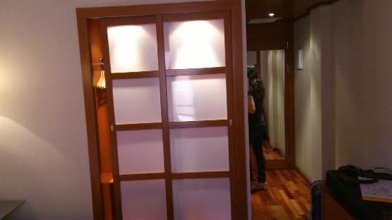 Hotel Exe Cuenca: Armario y entrada