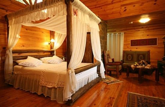 Rosh-Pinat Noy: Canopy bed in the wooden cabin
