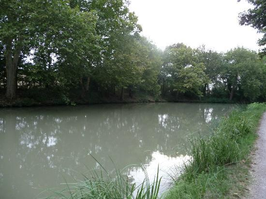 Chateau La Prade: canal du Midi just behind the hotel