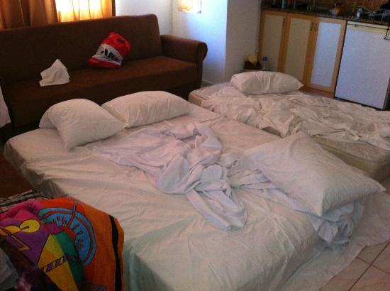 Rainbow Castle Hotel : Matrassen in woonkamer ivm onvoldoende capaciteit airco