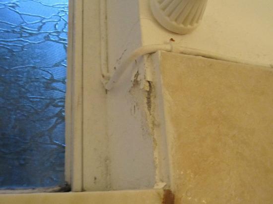 Wand Kommt Neben Der Dusche Herunter Stromkabel In Kopfhohe Verlegt