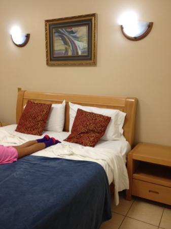 Novena Palms Motel: Big comfy bed.