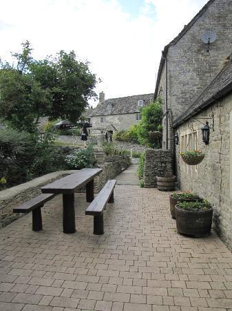 The Catherine Wheel - Bibury: Outside seating