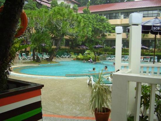 Patong Lodge Hotel: Pool area from pool bar - short cloud burst