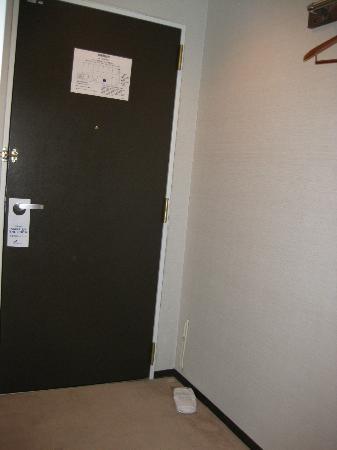 Hotel Cinquante : 部屋からドア方向