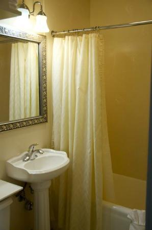 Historic Anchorage Hotel: Small bathroom; small sink