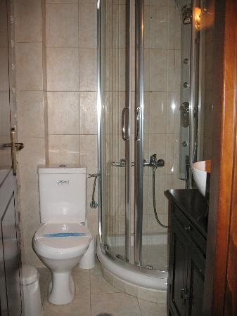 Arhontiko Kefalari : il bagno, piccolo ma funzionale