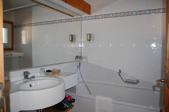 Chalet hotel La Marmotte : Miroir immense et baignoire