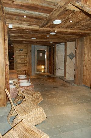 """Chalet hotel La Marmotte: Hamman (au fond), sauna, douche """"hydro-color thérapie"""""""