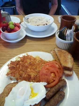 Peggy's Place: Magnificent breakfast (I broke the egg)