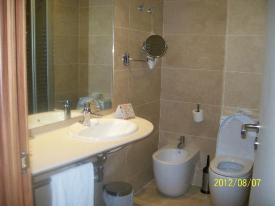 Golden Avenida Suites: bathroom