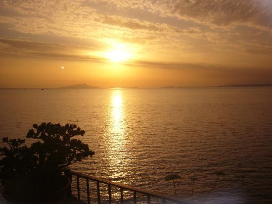 Villa Garden Hotel: sunset from the terrace