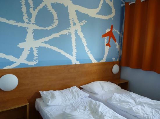 B&B Hotel Baden-Airpark : Walls and beds