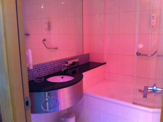 Holiday Inn Express Madrid-Alcorcón: baño grande com alógenos de colores
