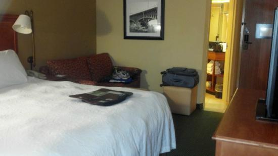 Hampton Inn Pittsburgh / Greentree : Nice sized room with small couch