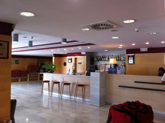 Holiday Inn Express Madrid-Alcorcón: bar y recepción