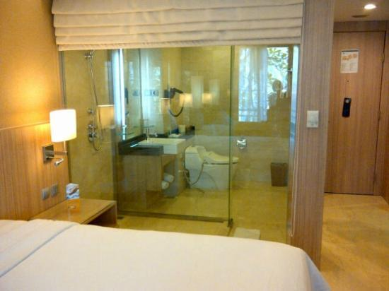 Novotel Surabaya Hotel and Suites: bathroom