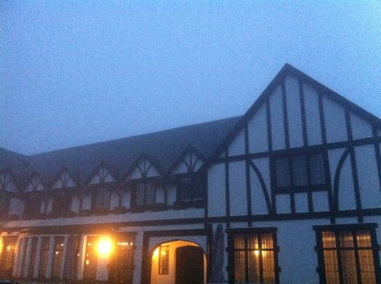 Protea Hotel Hilton : Hotel in misty conditions