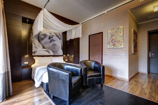 Hotel Dharma: Room