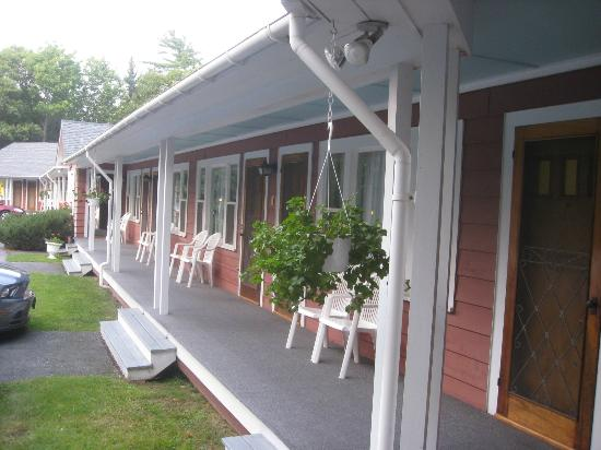 Highbrook Motel: Outside Porches