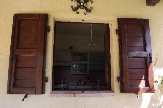 Agriturismo ColleParadiso: cucina vista dal portico