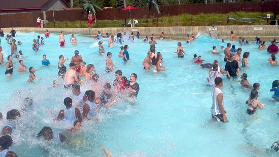 Tannersville, PA: Wave pool when it was most crowded that day with waves (not too large)