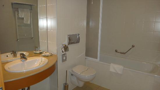 Hotel Savoy: New building's bathroom