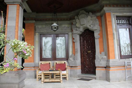 ニックズ ヒデン コテージズ ホテル, 部屋の玄関兼バルコニー