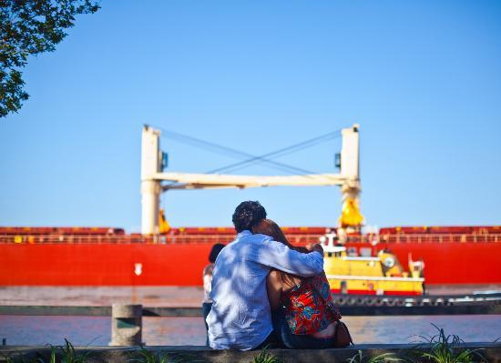 Capturing Savannah - Photography Tours: A couple enjoys the River's Vistas.